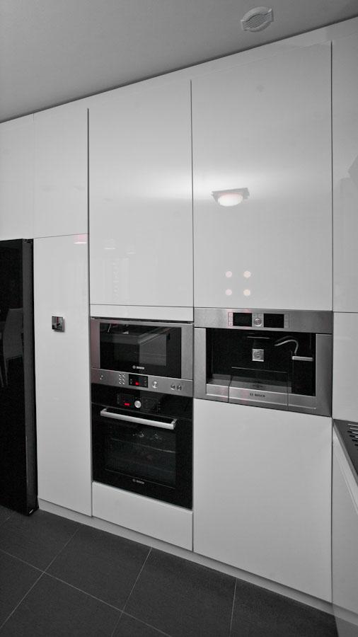 Ador Mobila Brasov - Mobilier la comanda bucatarie moderna cu placare sticla vopsita proiectare 3d unicat electrocasnice Bosch